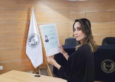 Alumna recibiendo su título durante la pandemia